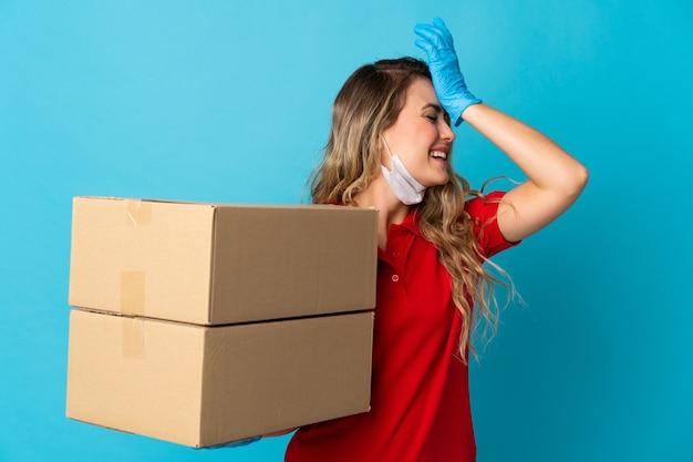 Молодая женщина-доставщик, изолированная на белом, что-то поняла и намеревается решить