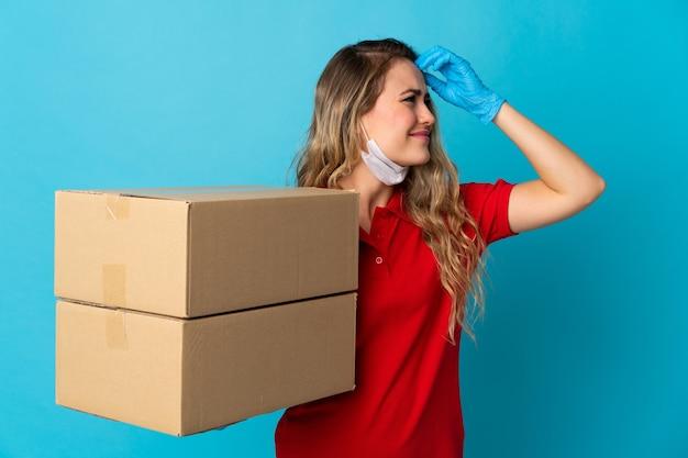 Молодая женщина-доставщик, изолированная на белом, сомневается и с смущенным выражением лица