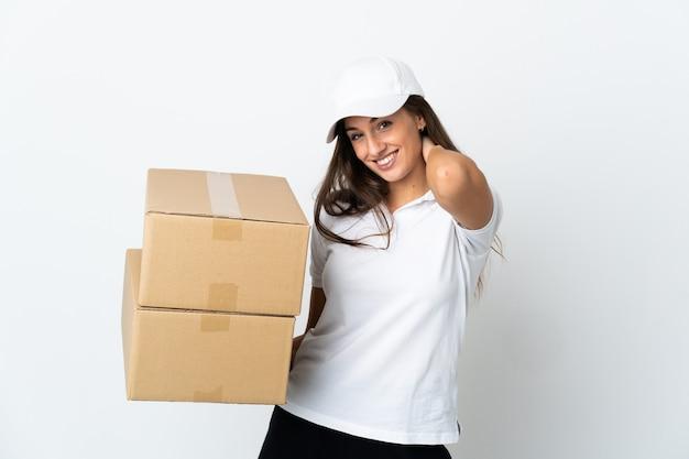 Молодая женщина доставки на изолированном белом фоне смеется