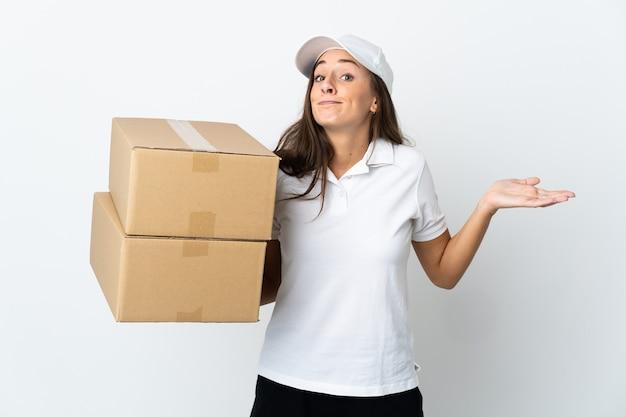 Молодая женщина доставки на изолированном белом фоне, делая жест сомнения