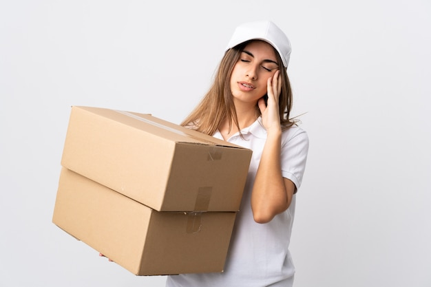 Молодая женщина доставки на изолированной белой стене с головной болью