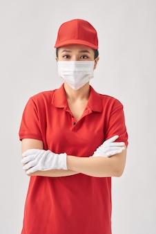 マスクを身に着けている若い出産の女性は、白い孤立した背景の上にcovid-19を保護します。在宅勤務と配達のコンセプト