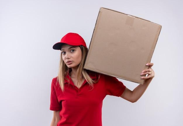 赤い制服と肩に大きな箱を保持しているキャップを身に着けている若い配達の女性