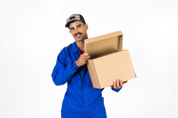 Молодой человек с коробкой