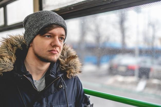 대중 교통에서 우울한 젊은 사람 b