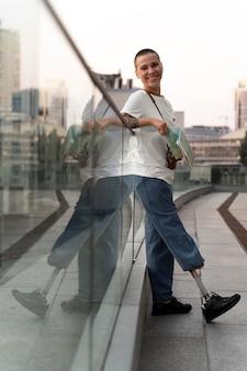 屋外で義足を持つ若い障害者