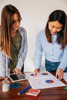 Молодые разнообразные девушки делают проект