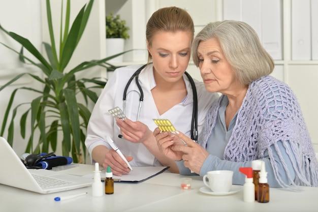 相談中の若い医者と彼女の先輩患者