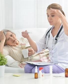 若い医者と彼女の先輩患者