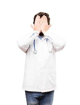 Giovane medico che copre gli occhi