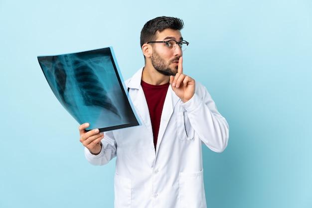孤立した背景の上の若い医者男