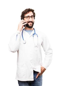 Giovane medico uomo con uno smartphone