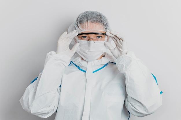 보호 고글을 씌우고 젊은 의사