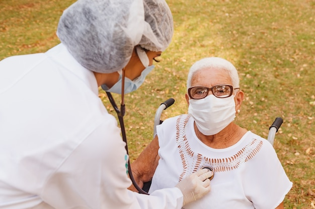 공원에서 노인 여성을 돌보는 젊은 의사