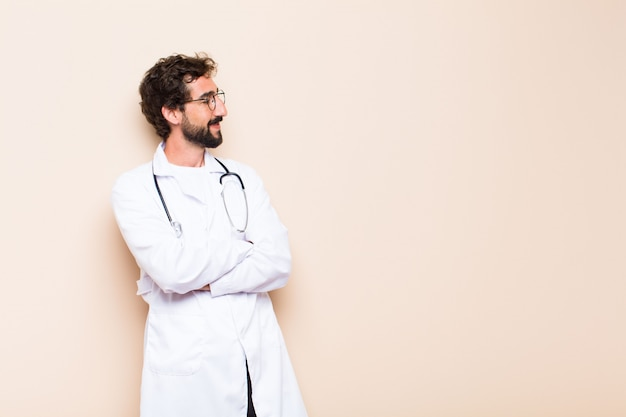 Молодой врач думает или сомневается и смотрит в сторону