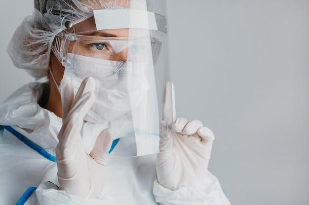 Giovane medico che indossa una maschera per il viso