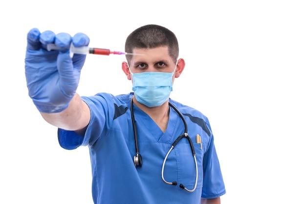 흰색 절연 주사기에 혈액을 가진 젊은 의사.
