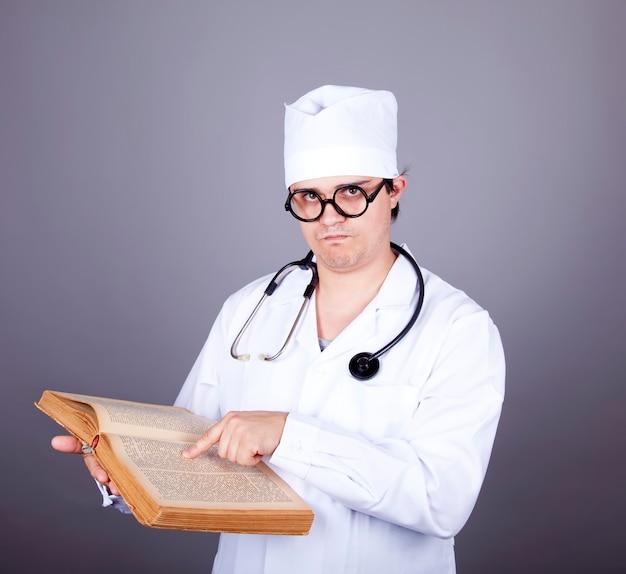 책을 가진 젊은 의사.