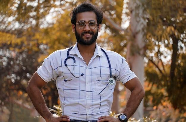 Молодой доктор со стетоскопом и чувствует себя счастливым и сильным