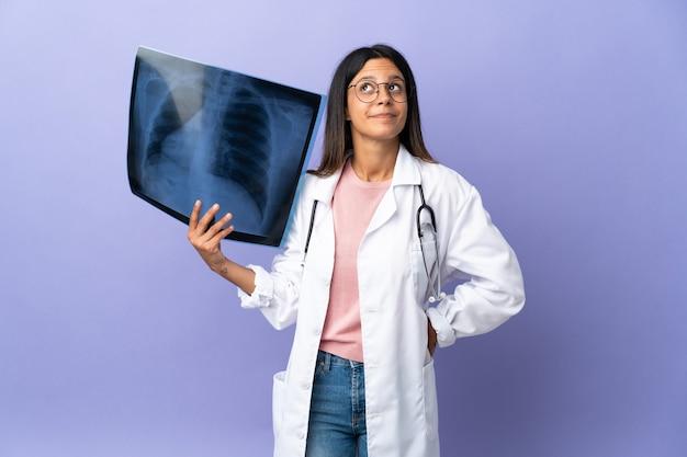 レントゲン写真を持って見上げる若い医者の女性