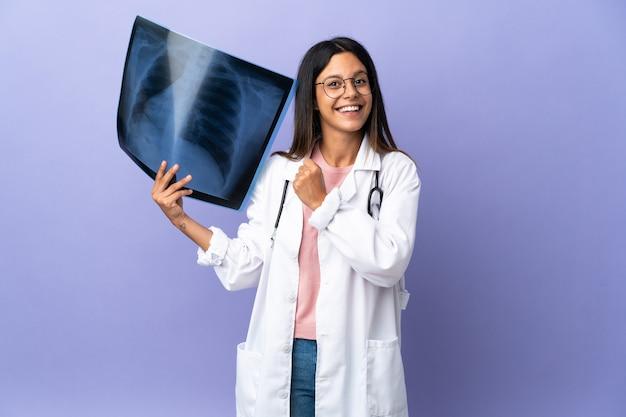 勝利を祝うレントゲン写真を保持している若い医者の女性