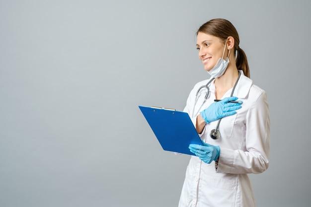 笑顔で陽気な若い医者の女性