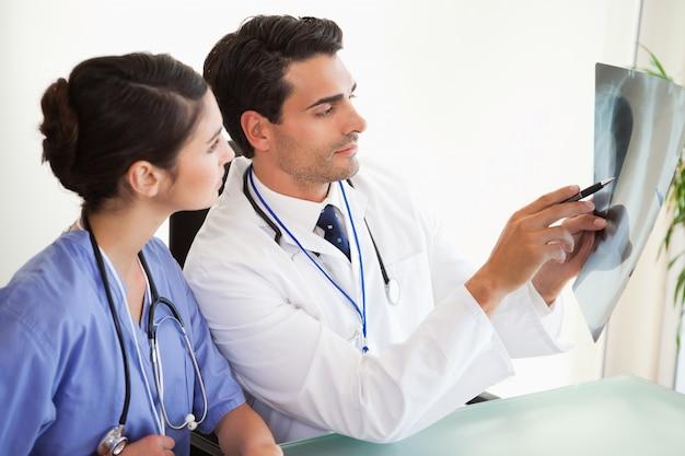 若い医師が一連のx線を見る