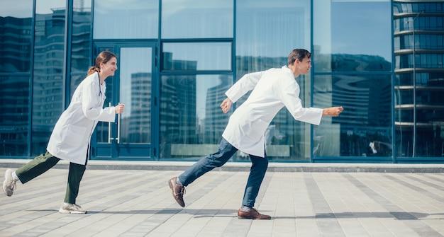 若い医者は緊急電話に駆けつけます。健康保護の概念。