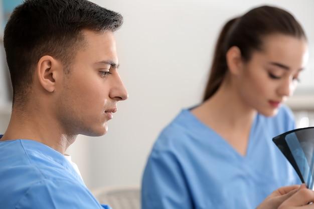 Молодые врачи изучают рентгеновский снимок в клинике