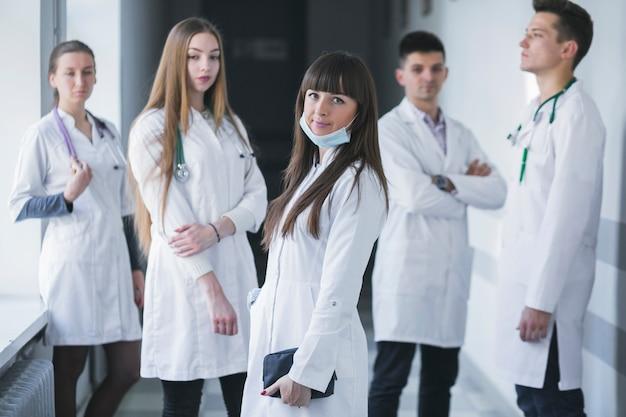 병원에서 젊은 의사 팀