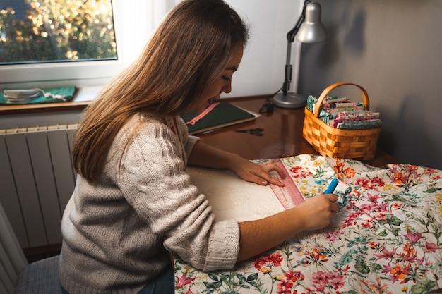 若い洋裁の縫製と服の製造