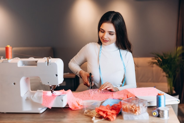 젊은 양장점 여자 재봉틀에 옷을 바느질