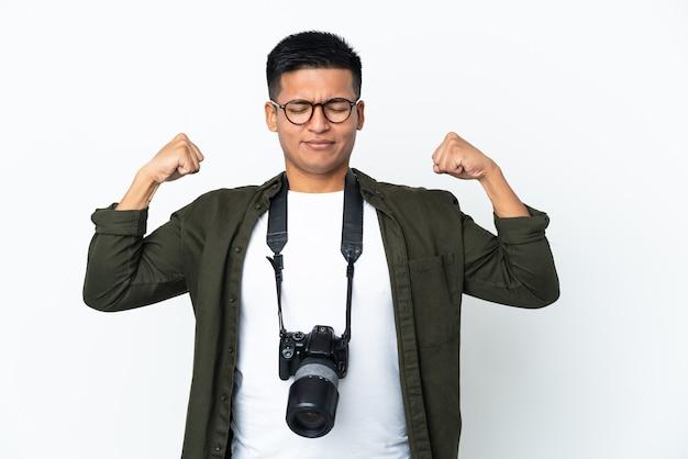 Молодой эквадорский фотограф изолирован на белом фоне, делая сильный жест