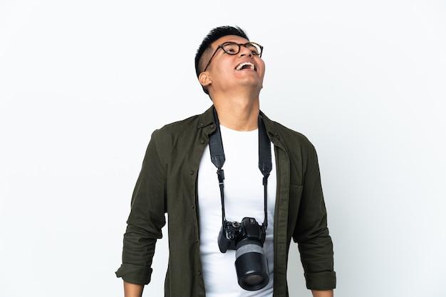 Молодой эквадорский фотограф, изолированные на белом фоне смеясь