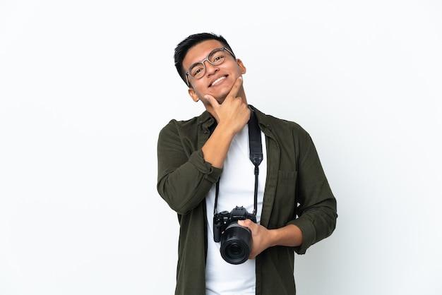 Молодой эквадорский фотограф изолирован на белом счастливым и улыбающимся