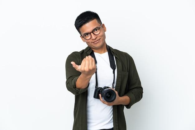 흰색 손으로와 서 초대에 고립 된 젊은 에콰도르 사진 작가. 와줘서 행복해