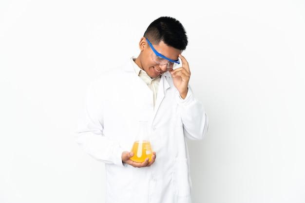 笑っている若いエクアドルの科学者