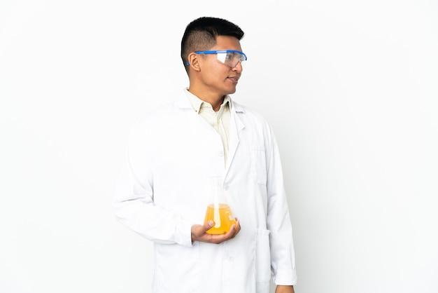 横を向いて笑っている若いエクアドルの科学者