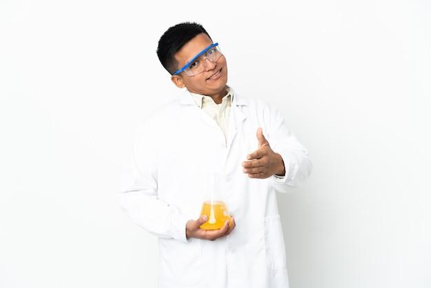 좋은 거래를 닫기 위해 악수하는 젊은 에콰도르 과학 남자