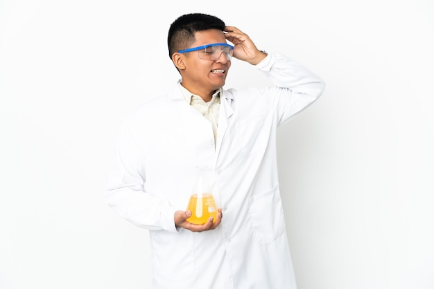 たくさん笑っている若いエクアドルの科学者