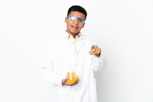 エクアドルの若い科学者が驚いて正面を向いている