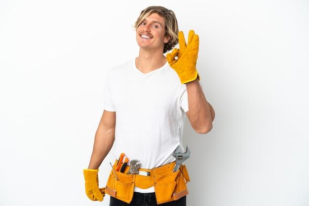 손가락으로 확인 표시를 보여주는 흰색에 고립 된 젊은 전기 금발 남자