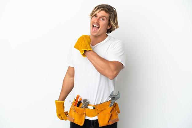 승리를 축 하하는 흰 벽에 고립 된 젊은 전기 금발 남자
