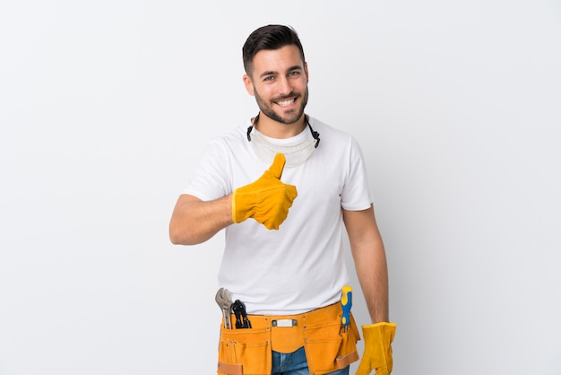 孤立した壁の上の若い電気技師男