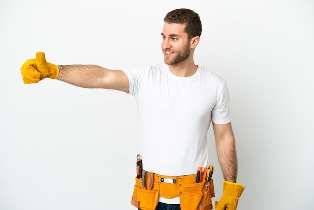 제스처를 엄지 손가락을주는 고립 된 흰 벽 위에 젊은 전기 남자
