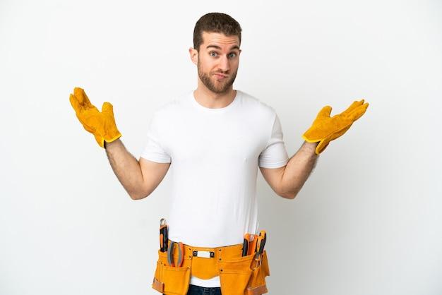 손을 올리는 동안 의심을 갖는 고립 된 흰 벽 위에 젊은 전기 남자