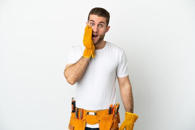 놀람과 충격 된 표정으로 격리 된 흰 벽 위에 젊은 전기 남자