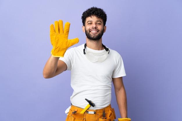 손가락으로 5 세 보라색 벽에 고립 된 젊은 전기 모로코 남자