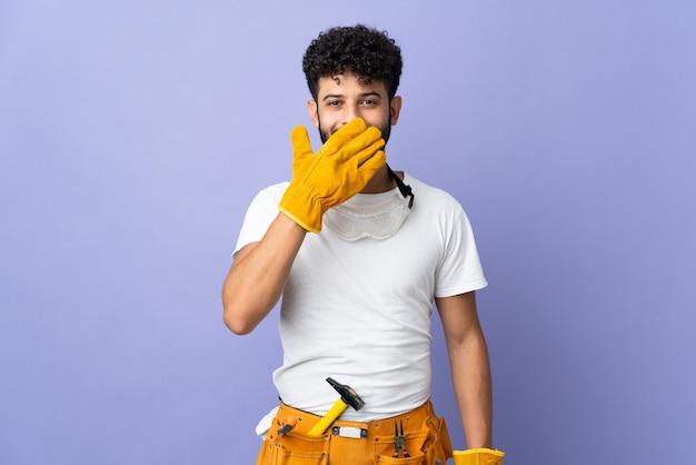 보라색 벽에 고립 된 젊은 전기 모로코 남자 행복 하 고 손으로 입을 덮고 웃 고