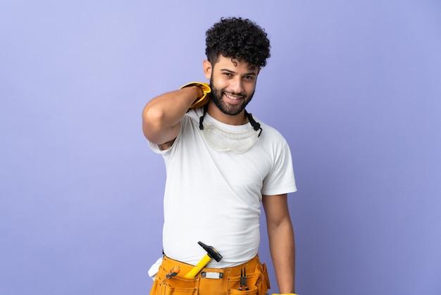 보라색 벽 웃음에 고립 된 젊은 전기 모로코 남자